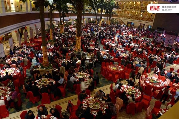 3/1/2010, một quan chức tại Phòng công an thành phố Thâm Quyến và một Phó giám đốc sân bay đã tổ chức đám cưới cho con của họ tại khách sạn 5 sao với hơn 110 bàn tiệc. Đặc biệt các khách mời của 2 vị quan chức này đa phần là hàng xóm, bạn cũ và dân làng ở quê nhà... Và toàn bộ chi phí đều được giấu kín.