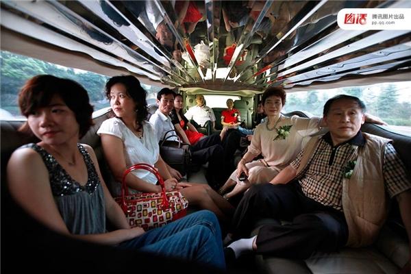 Gia đình của cô dâu ngồi trong một chiếc Limousine khi đi đưa dâu.