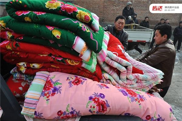 Một gia đình nông dân tại Sơn Đông chuẩn bị của hồi môn cho con gái đi lấy chồng.