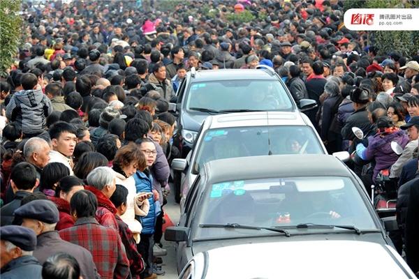 Đám cưới theo kiểu truyền thống, đơn giản của một gia đình nông dân sống tại vùng núi Lan Khê, tỉnh Chiết Giang năm 2014 đã thu hút... hơn 30 ngàn người hiếu kìkéo tới xem, gây ách tắc giao thông cả khu vực.