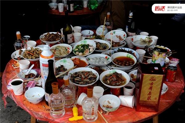 Việc thức ăn đổ bỏ thừa mứa trong bàn tiệc tại nông thôn Trung Quốc đã trở thành cảnh tượngquen thuộc trong tiệc cưới hiện nay.