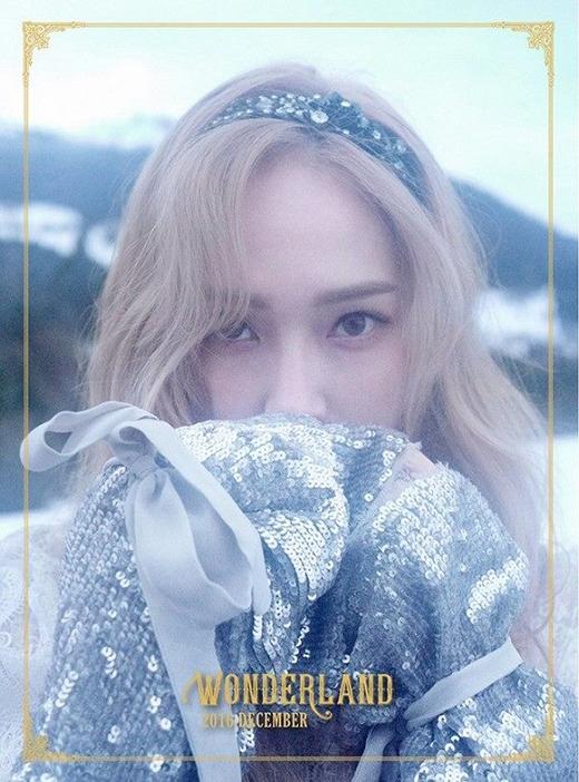 Vẻ đẹp lạnh lùng của Jessica càng lạnh hơn với khung cảnh mờ ảo.