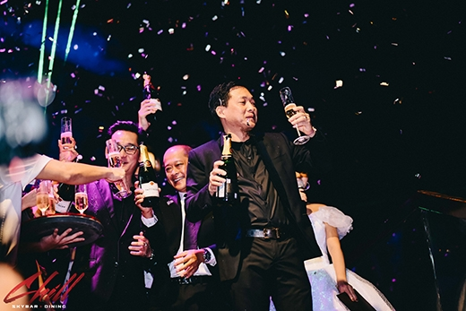 Ông Nguyễn Cao Trí cùng ban quản lý Chill Skybar nâng ly và gởi lời cám ơn đến các vị khách quý.