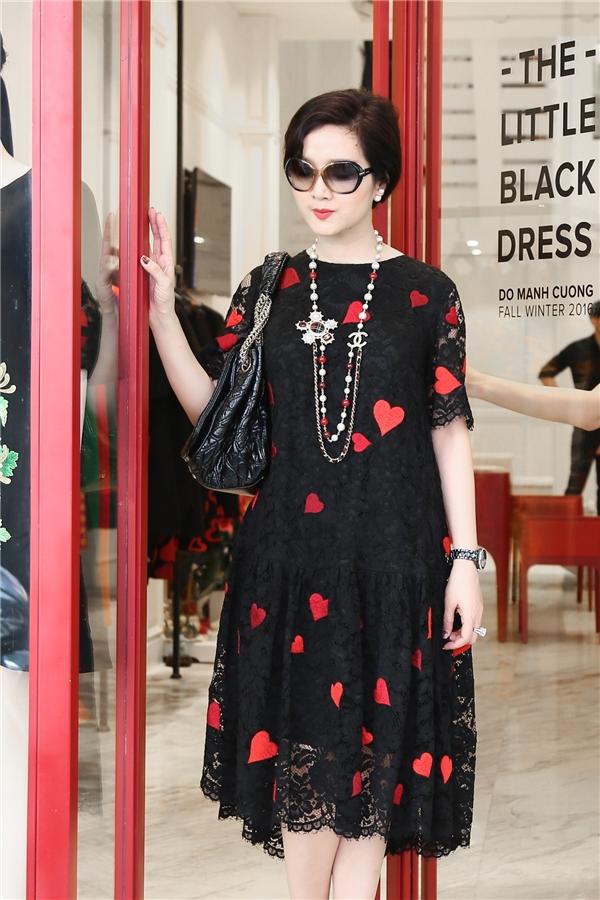 Phom dáng rộng của bộ váy kết hợp chất liệu mỏng manh tôn lên nét sang trọng, thanh tao của Hoa hậu đền Hùng 1992.