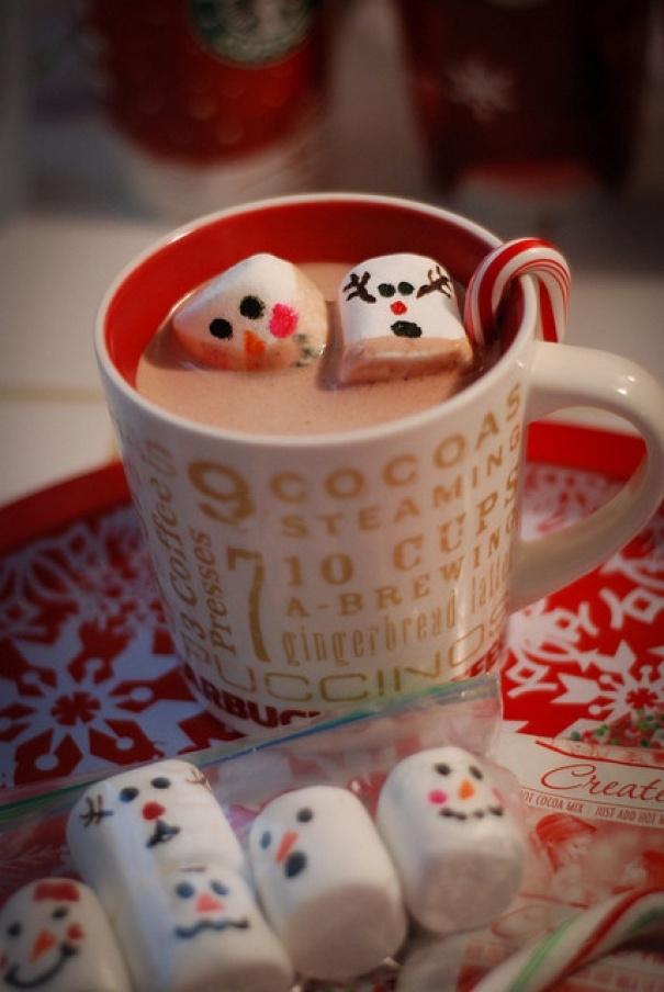 Dùng màu thực phẩm điểm tô một chút cho những viên kẹo marshmallow này nhé.