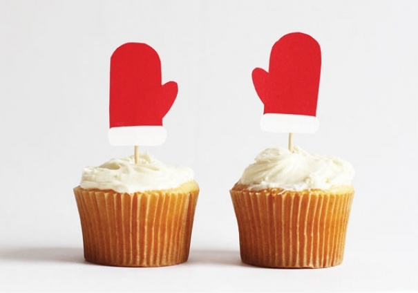Cupcake quá đơn điệu? Cắt giấy đỏ thành hình găng tay và gắn lên thôi nào.