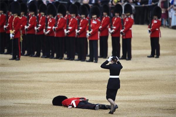 Một vệ binh đang tham gia buổi lễ thường niên tại Whitehall, London để kỷ niệm sinh nhật lần thứ 90 của Nữ hoàng Elizabeth II thì bất ngờ bị ngất. Hình ảnh được Daily Mail đưangày 11/6/2016, đã thu hút sự chú ý của ngườidân cả đất nước.