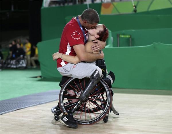 Cầu thủ bóng rổ khuyết tật Adam Lancia đã trao nụ hôn cho vợ anh là Jamey Jewel saukhi cô hoàn thành phần thi đấu của mình với đội tuyển Trung Quốc tại kỳ Paralympic Rio 2016. (The Daily Beast)