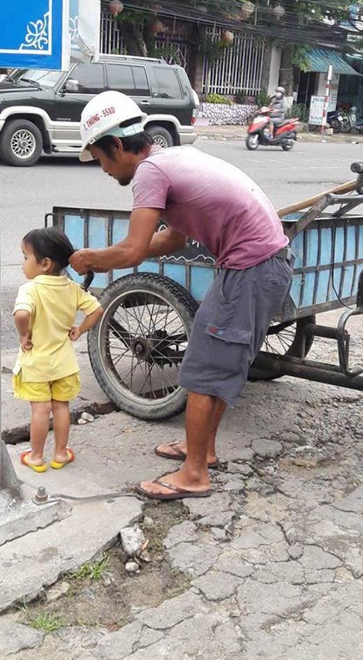 Một hành động nhỏ nói lên tình yêu lớn của bố dành cho con.