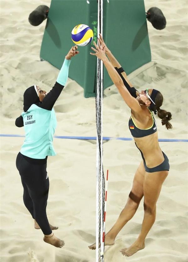 Sự đối lập đến ngỡ ngàng về trang phục trong pha tranh chấp trên lưới ở môn bóng chuyền bãi biển tại kỳ Olympic Rio 2016 được hai vận động viên Doaa Elghobashy của Ai Cập và Kira Walkenhorst của Đức thu hút sự chú ý của nhiều người.