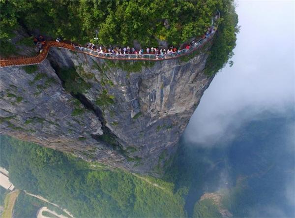 Cây cầu kính trong suốt dù khiến nhiều người phải sợ đến tái mặt, xanh mắt nhưng bức ảnh hùng vĩ được chụp tại tỉnh Hồ Nam, Trung Quốc ngày 1/8/2016này vẫn thu hút hàng nghìn người đến đây .