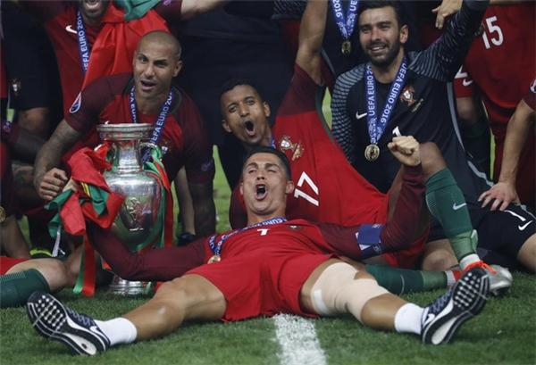 Khoảnh khắc ăn mừng đầy ấn tượng của Cristiano Ronaldo cùng các đồng đội Ricardo Quaresma, Nani và Rui Patricio khi giànhchức vô địch Euro 2016 sau khi đội tuyển Bồ Đào Nha đánh bại Pháp vào ngày 10/7/2016.
