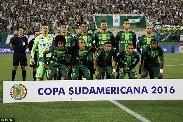 Chapecoense được trao lại cúp vô địch Copa Sudamericana sau chuyến bay xấu số khiến phần lớn cầu thủ của đội thiệt mạng.