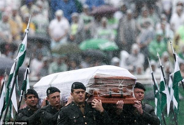 Tang lễ của các cầu thủ xấu số diễn ra trong cơn mưa.