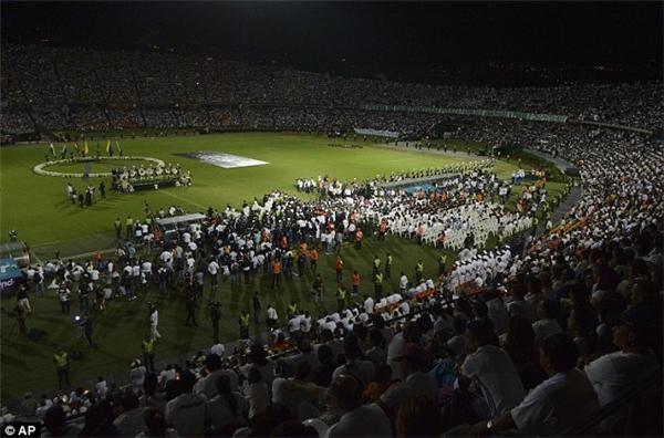 Hàng ngàn fan hâm mộ tập trung lại vân vận động của đội bóng để tiễn đưa những cầu thủ con cưng của mình về nơi an nghỉ cuối cùng.