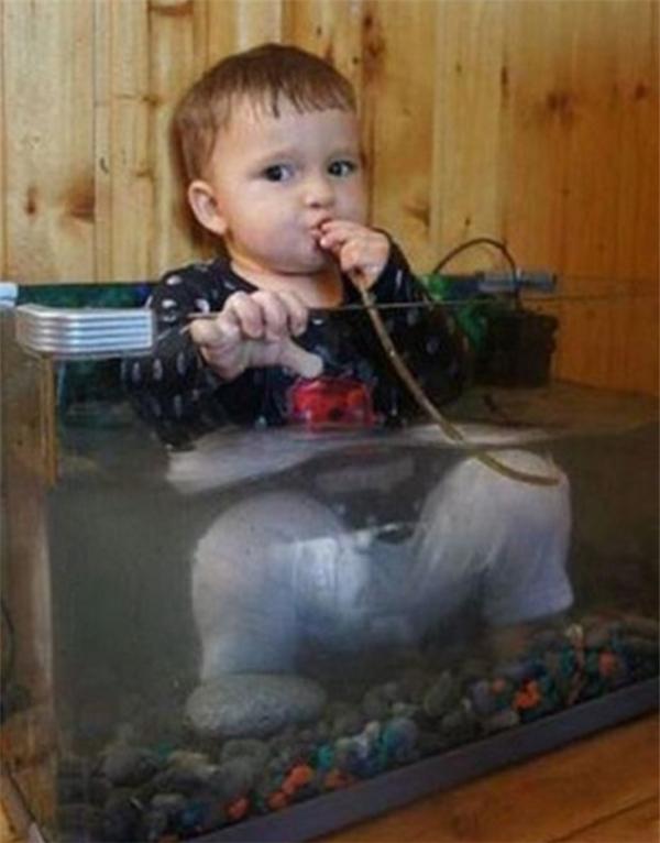 """Vừa """"lặn"""" vừa thở oxi… Cậu bé thật thông minh! (Ảnh: Internet)"""