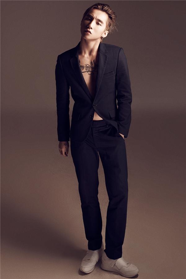 Đây là lần đầu tiên Sơn Tùng khoe trọn body với vest đen hờ hững.
