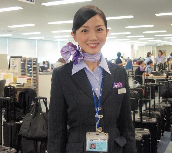 Trái ngược với sự nhí nhảnh của các cô gái Hàn Quốc, những tiếp viên Nhật Bản lại mang nét dịu dàng hài hòa và phục vụ vô cùng chu đáo.