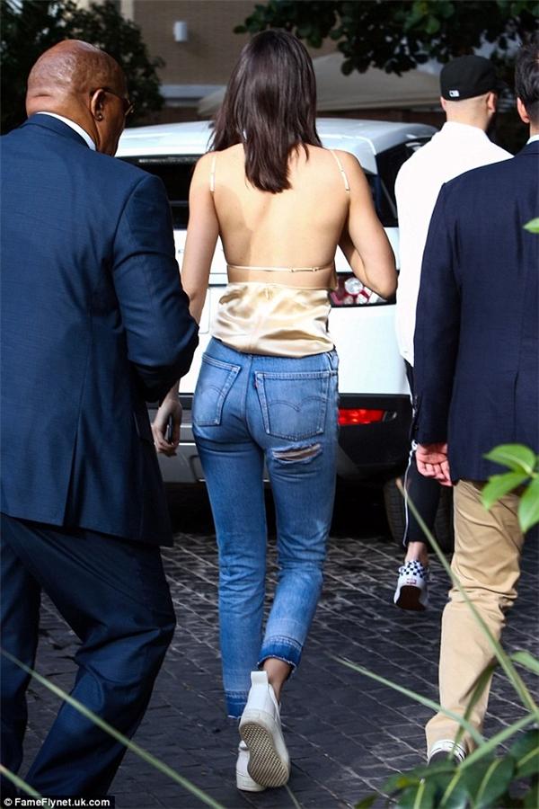 Xuất hiện trên biển, Kendall thay trang phục áo hai dây cực gợi cảm cùng quần jeans sáng màu.
