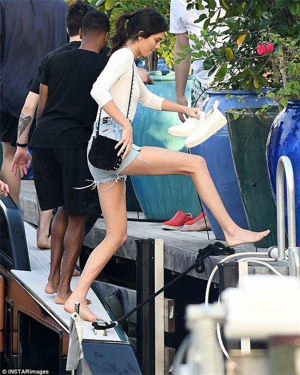 Cởi giày đi đất, em gái Kim Kardashian vẫn chân dài miên man