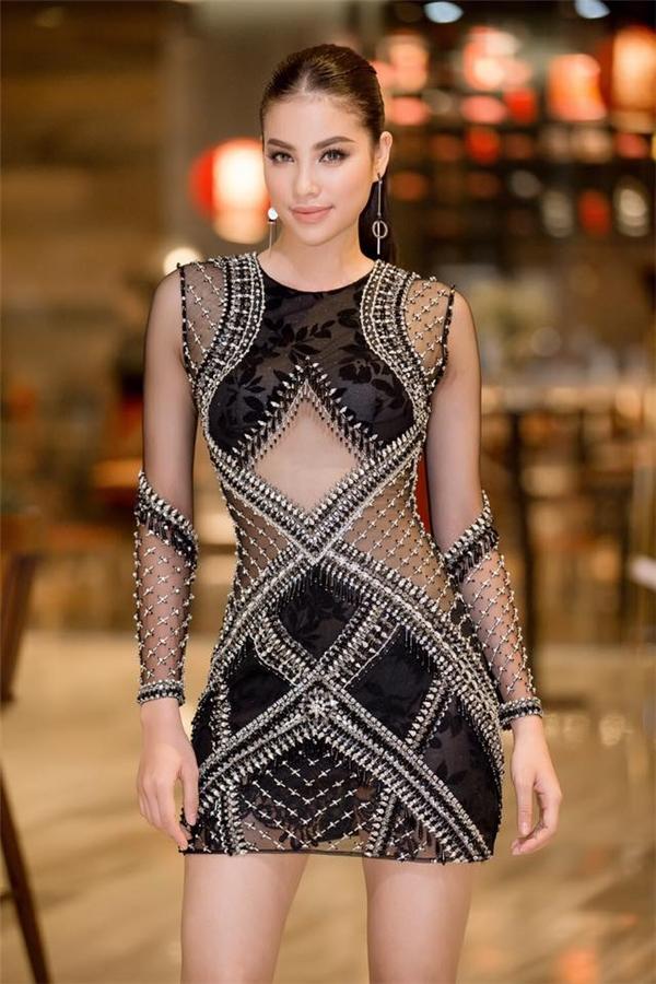 Đến chúc mừng đàn em và trao quyền đại diện, Phạm Hương gây ấn tượng mạnh khi diện bộ váy ngắn cũn do nhà thiết kế Đỗ Long thực hiện. Thiết kế với những đường cắt tinh tế kết hợp chi tiết đính kết kì công tôn lên sắc vóc cân đối của Hoa hậu Hoàn vũ Việt Nam 2015.