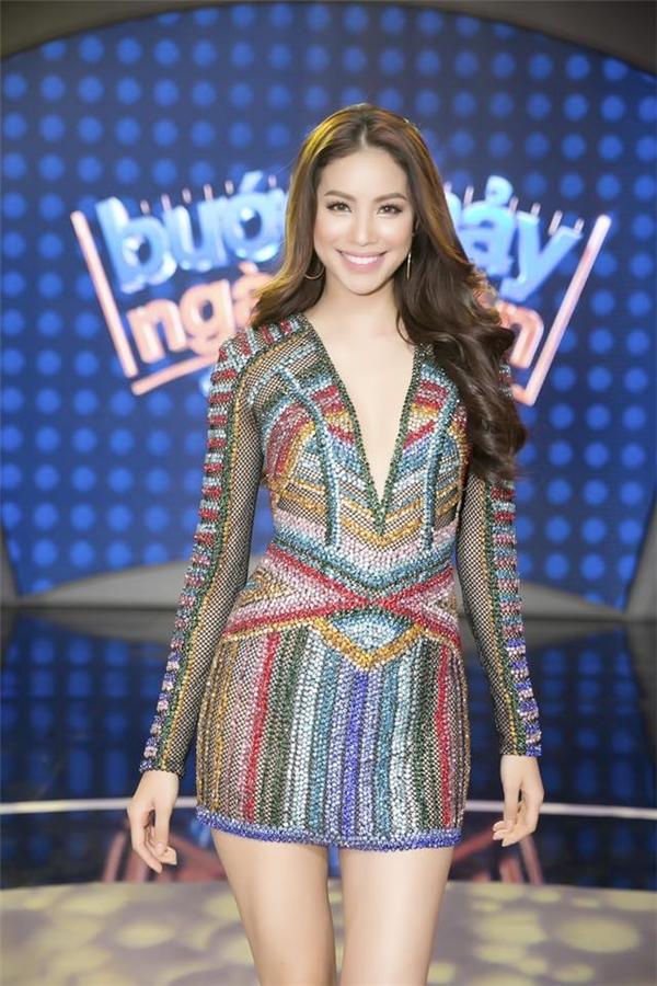 Trước đó, trong một chương trình truyền hình, Phạm Hương cũng khiến khán giả thích thú khi khoe chân dài miên man trong thiết kế ánh kim, đan xen nhiều tông màu của nhà thiết kế Lê Thanh Hòa.