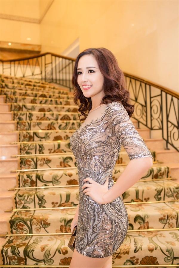 """Hoa hậu Việt và """"cuộc chiến"""" váy siêu ngắn"""