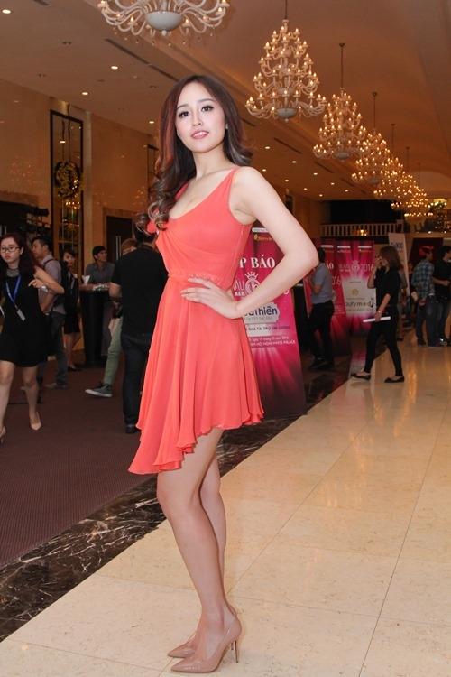 Trong buổi họp báo giới thiệu cuộc thi Hoa hậu Việt Nam 2016, Mai Phương Thúy lại mất điểm khi diện bộ váy được nhận xét giống trang phục dạo phố hơn, dù bộ cánh này có giá nghìn đô.