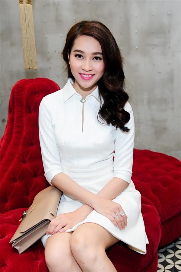 Hoa hậu Đặng Thu Thảo và lần hiếm hoi diện trang phục ngắn cũn. Tuy nhiên phần trên của thiết kế vẫn vô cùng kín đáo, thanh lịch.