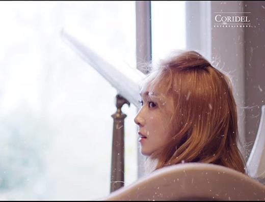 Jessica xinh đẹp trong căn phòng tuyết rơi.