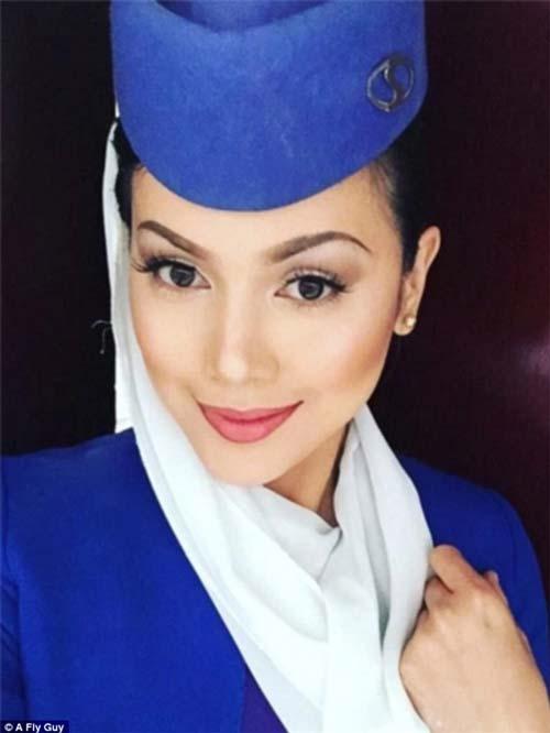 Gương mặt đẹp như búp bê của nữ tiếp viên hàng không hãng Afghanistan.