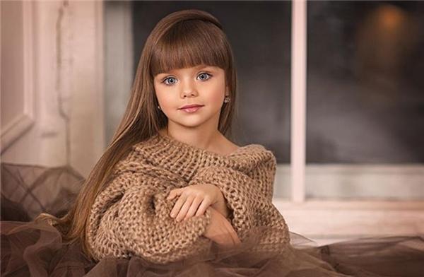 Mái tóc dài vàng hoe khiến cô bé càng giống búp bê hơn. (Ảnh: Internet)