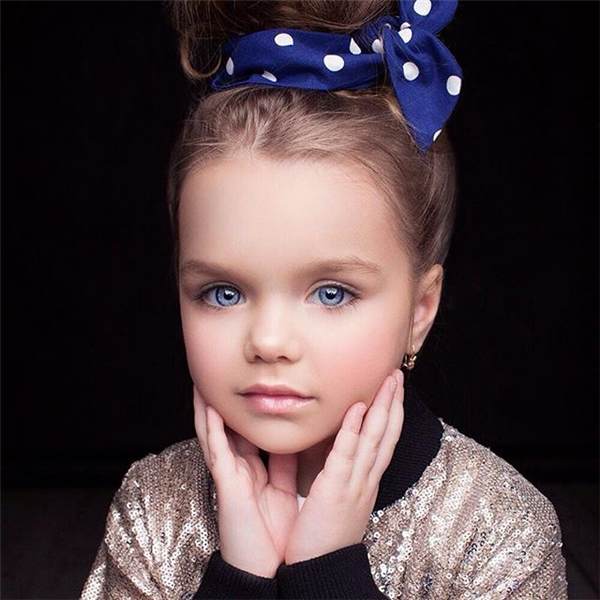 Ngất ngây trước vẻ đẹp của cô bé búp bê khiến dân mạng phát sốt
