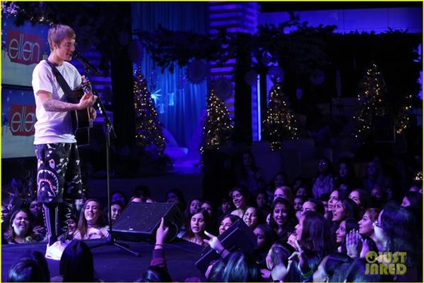 Tranh thủ biểu diễn một số ca khúc tặng fan.