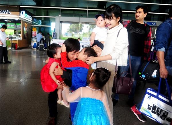 Bốn thiên thần nhí nhà Lý Hải háo hức ra sân bay đón bố mẹ - Tin sao Viet - Tin tuc sao Viet - Scandal sao Viet - Tin tuc cua Sao - Tin cua Sao