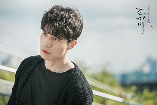 Một là Tử thần Wang Yeo đẹp trai, kiêm bạn cùng phòng của Yêu Tinh...