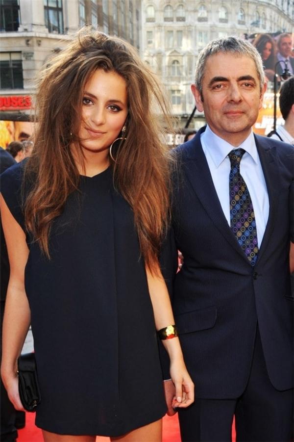 Năm 2011, cả thế giới biết đến sự có mặt của cô con gái quyến rũ 16 tuổi của Rowan Atkinson, Lily Atkinson.