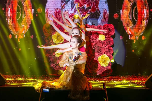 Hoàng Thùy Linh diện set đồ hơn 1 tỷ đồng đi sự kiện - Tin sao Viet - Tin tuc sao Viet - Scandal sao Viet - Tin tuc cua Sao - Tin cua Sao