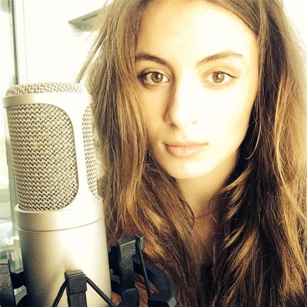 """Tuy nhiên Lily không xem mình là một diễn viên, vì theo trang cá nhân của cô nàng, con gái """"Ngài Đậu"""" có tài sáng tác và ca hát rất hay."""