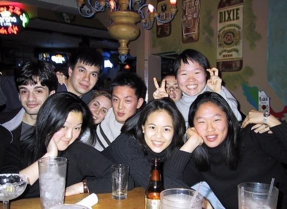 Hết giờ học, sinh viên Harvard cũng giải trí bằng cách đi tụ tập, giải trícùng bạn bè.