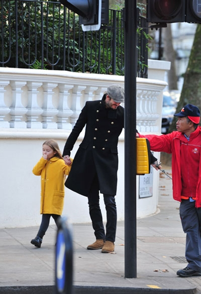 Harper phụng phịu khó chịu vẫn cực đáng yêu đi dạo cùng bố Beck