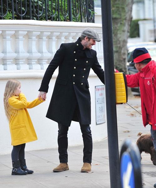 """Vào ngày 3/12 David Beckham cùng""""cục cưng"""" Harperđã có những giây phút vui vẻ đi dạo tại London thu hút sự chú ý của dư luận."""