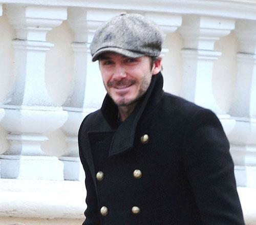 Beckham vui vẻ tươi cười vàkhông cảm thấy phiền khi bị cánh paparazzi chụp ảnh.
