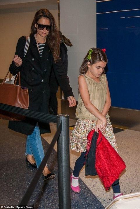 Trái ngược với hình ảnh hạnh phúc của Harper, Suri Cruise trông cô vẻ cô đơn,u buồn khi không có bố Tom bên cạnh.