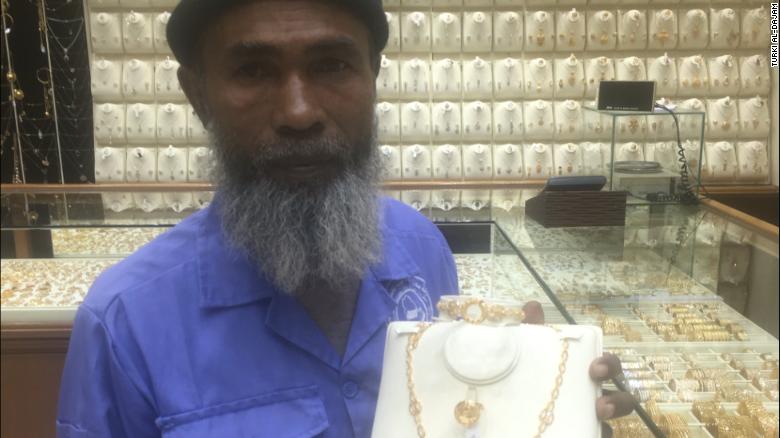 ÔngAbdul bên cạnh món quà mới của mình.
