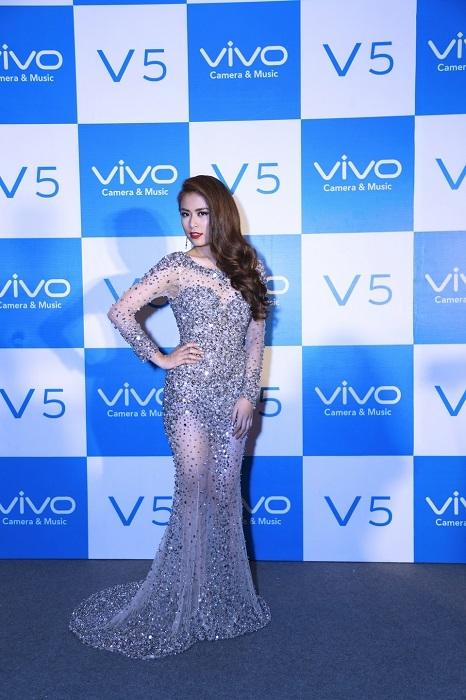 Hoàng Thùy Linh xuất hiện xinh đẹp và quyến rũ trong vai trò đại sứ sản phẩm Vivo V5 tại sự kiện ra mắt sản phẩm ngày 28/11 trước đó. - Tin sao Viet - Tin tuc sao Viet - Scandal sao Viet - Tin tuc cua Sao - Tin cua Sao