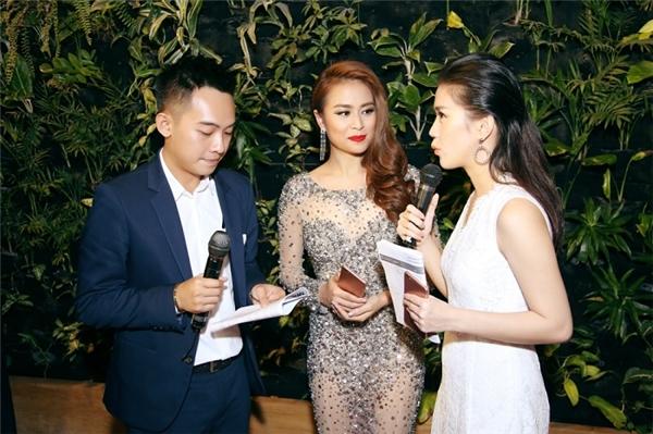 Hoàng Thùy Linh, Phở và Ngọc Thảo vui vẻ trò chuyện tại sự kiện. - Tin sao Viet - Tin tuc sao Viet - Scandal sao Viet - Tin tuc cua Sao - Tin cua Sao