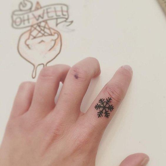 Hoa tuyết là kiểu hình xămrất thích hợp để xăm lên các ngón tay.