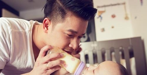 """Ánh mắt trìu mến của anh khi cho con trai """"ti"""" sữa. - Tin sao Viet - Tin tuc sao Viet - Scandal sao Viet - Tin tuc cua Sao - Tin cua Sao"""