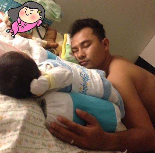 Dù mệt khi phải quay phim cả ngày nhưng Huỳnh Đông vẫn giúp vợ trông con. Có lần anh ngủ gục khi đangtrông con ngủ. - Tin sao Viet - Tin tuc sao Viet - Scandal sao Viet - Tin tuc cua Sao - Tin cua Sao